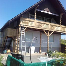 Holzbalkon und Säulenreinigung